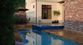 modern-gunite-pool-perimeter-overflow-spa-glass-mosaic-trim-tile-bench-baja-shelf-turkish-travertine-coping-pavers